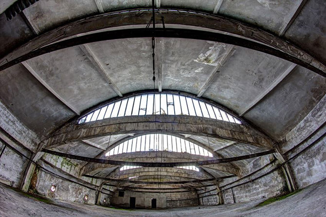 pusta hala wstarej fabryce