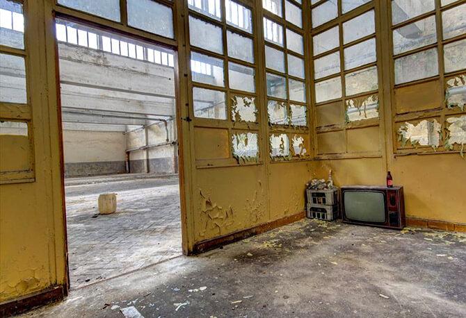 podniszczone przeszklone drzwi do biura