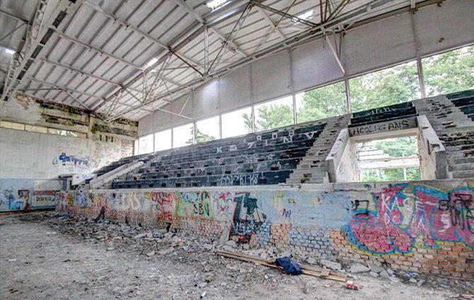 zniszczona hala sportowa