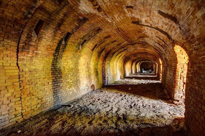 podziemny fabryczny tunel transportowy