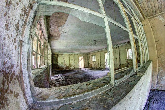 zniszczona szyba wstarej fabryce