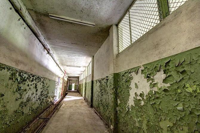 obskurny korytarz wstarej fabryce