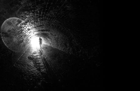człowiek na końcu tunelu