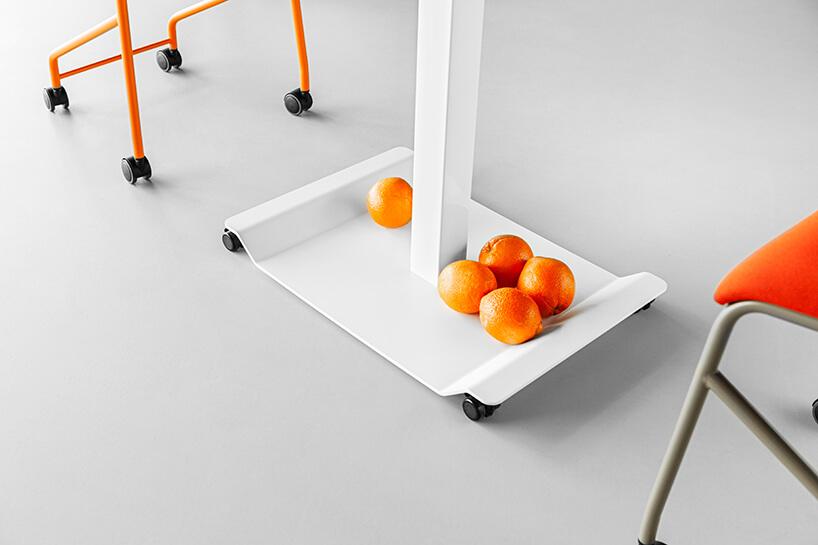 mobilne meble biurowe VANK_CO pięć pomarańczy na białej podstawie stołu zczarnymi kółkami