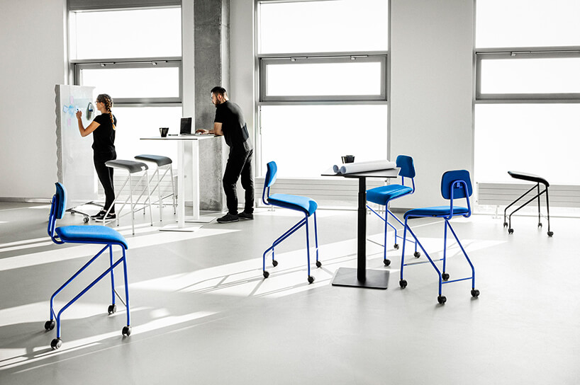 mobilne meble biurowe VANK_CO cztery niebieskie wysokie krzesła na czarnych kółkach
