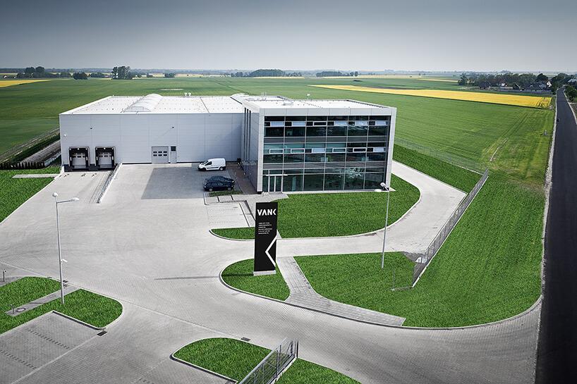 widok zgóry na białą fabrykę VANK