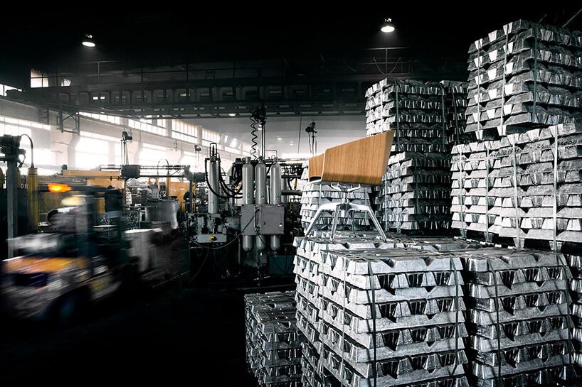 sztaby aluminium na tle urządzeń do przetapiania whucie