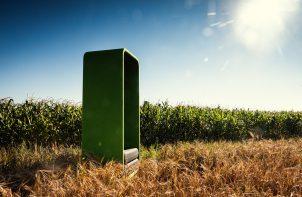 zielona budka od VANK pośród roślin na polu