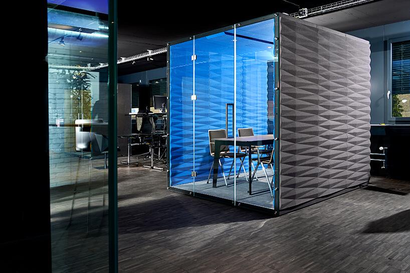 aranżacja open space zboxem akustycznym VANK_WALL_BOX szary przeszklony zniebieskim środkiem