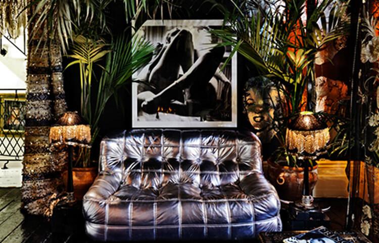 błyszcząca sofa pod czarno-białym zdjęciem