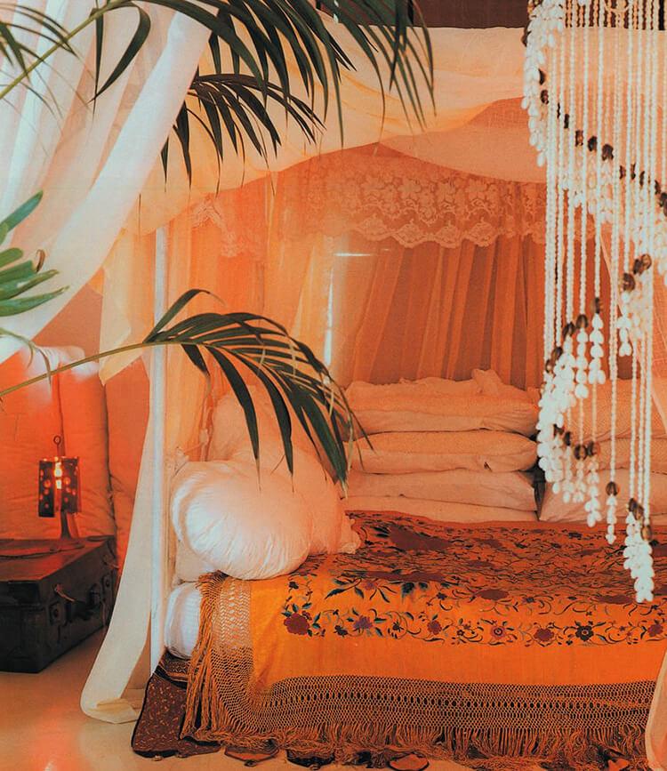 biała poduszka wpomarańczowej sypialni