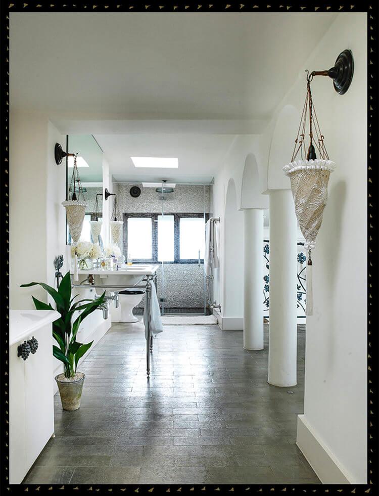 umywalka iprysznic wbiałej łazience glamour