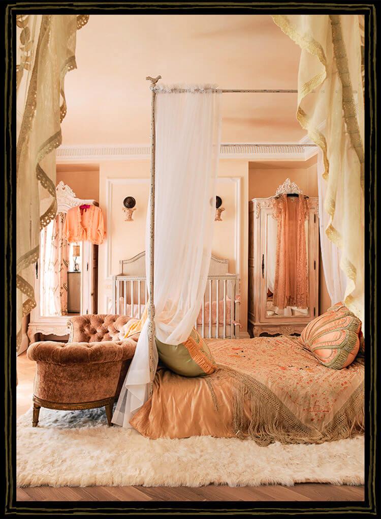 łóżeczko brzoskwiniowym pokoju dla dziecka