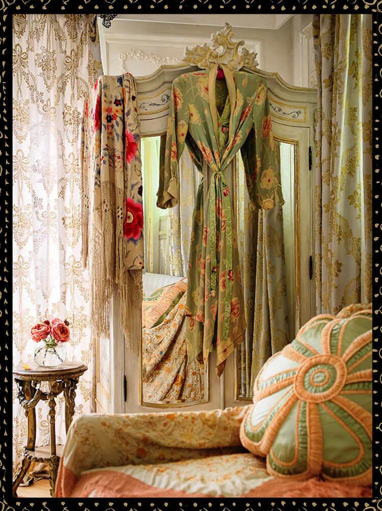 wiszący szlafrok wgarderobie glamour