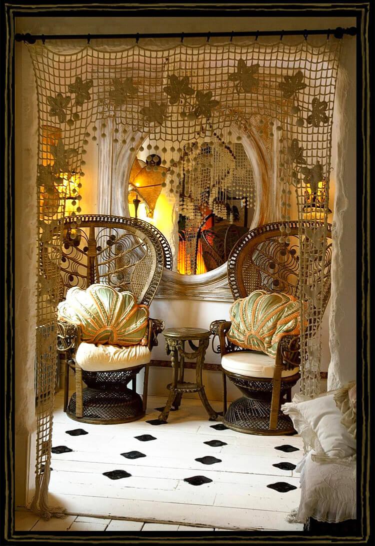 krzesło przy orientalnym lustrze wśród koronek