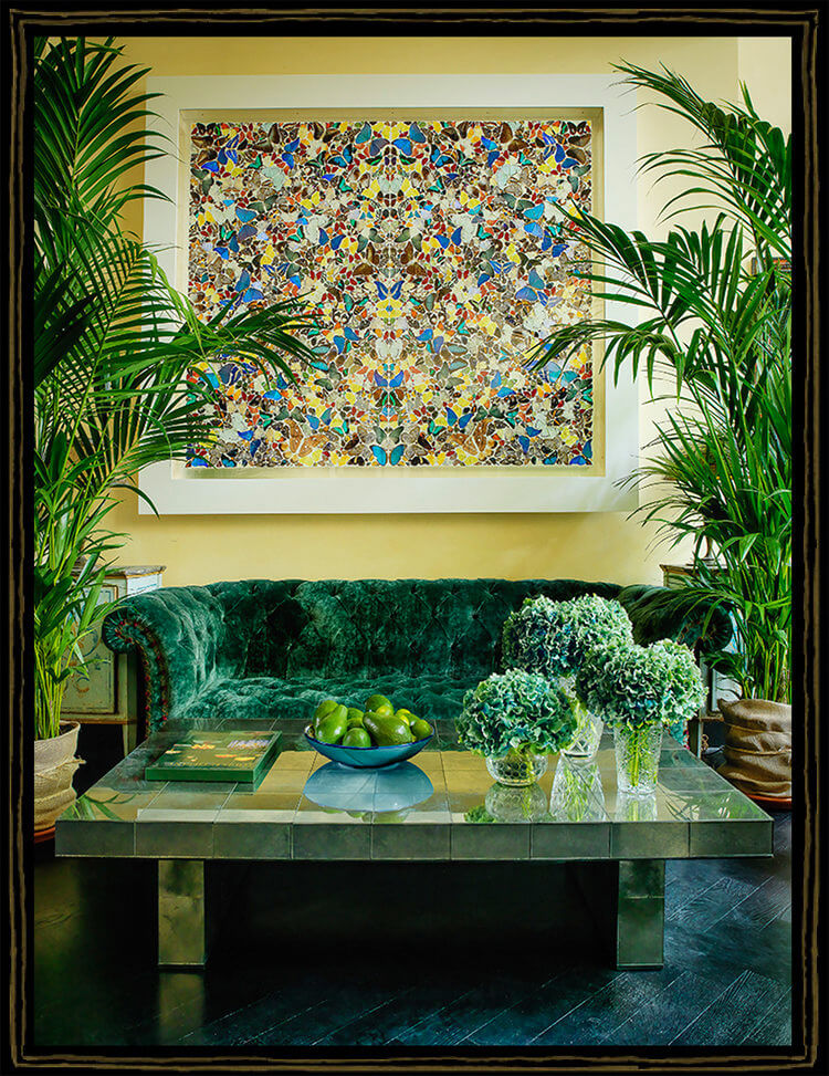 zielona sofa obok roślin