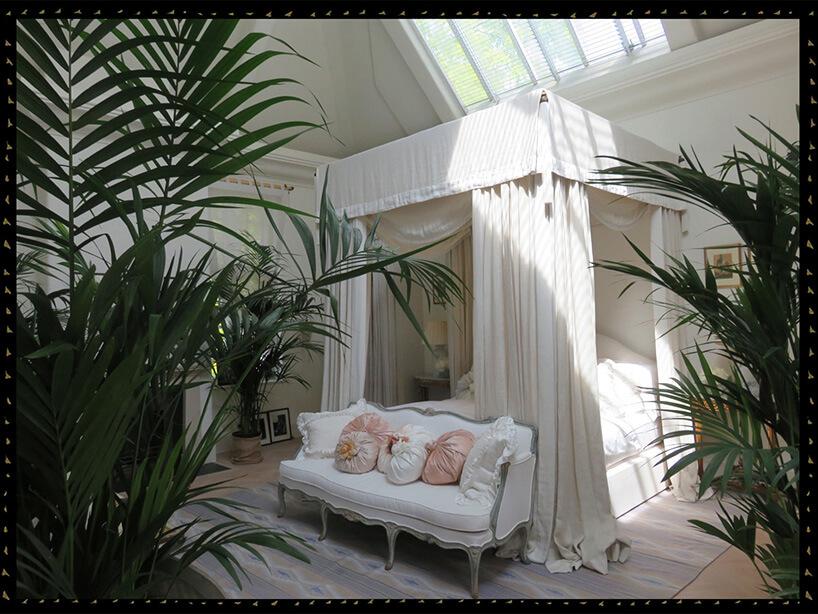 białe łóżko zbaldachimem wsypialni