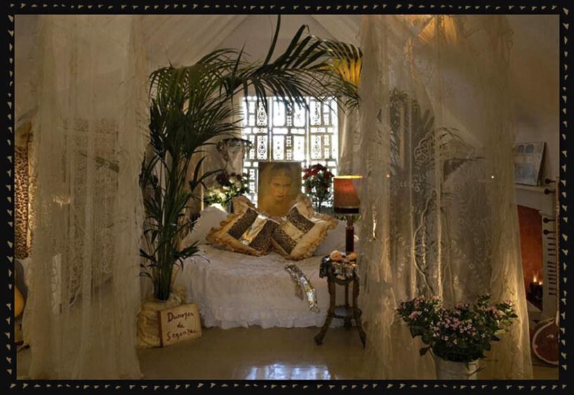 beżowa sypialnia glamour