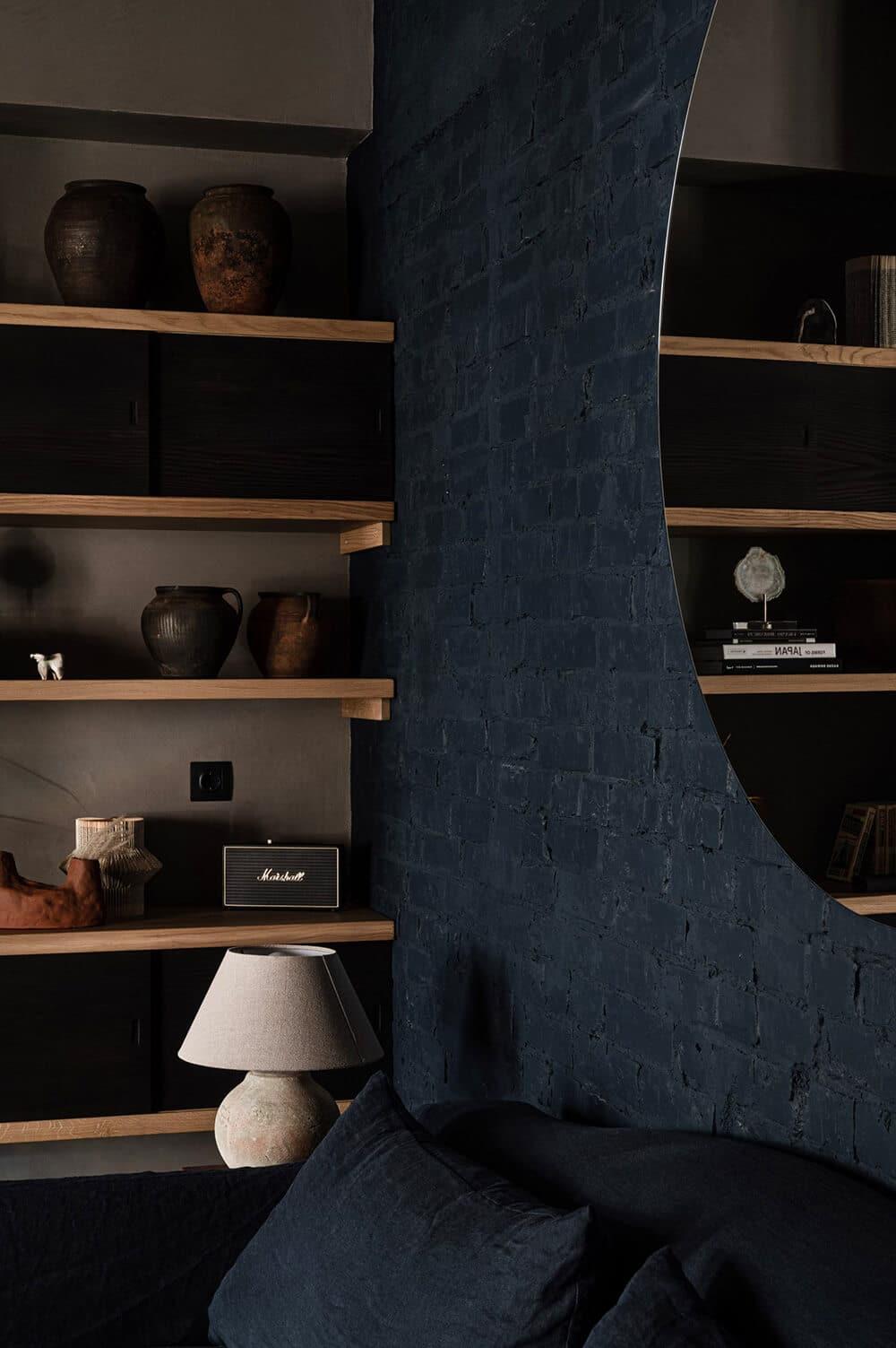 W ciemnych barwach: stylowe mieszkanie wKijowie