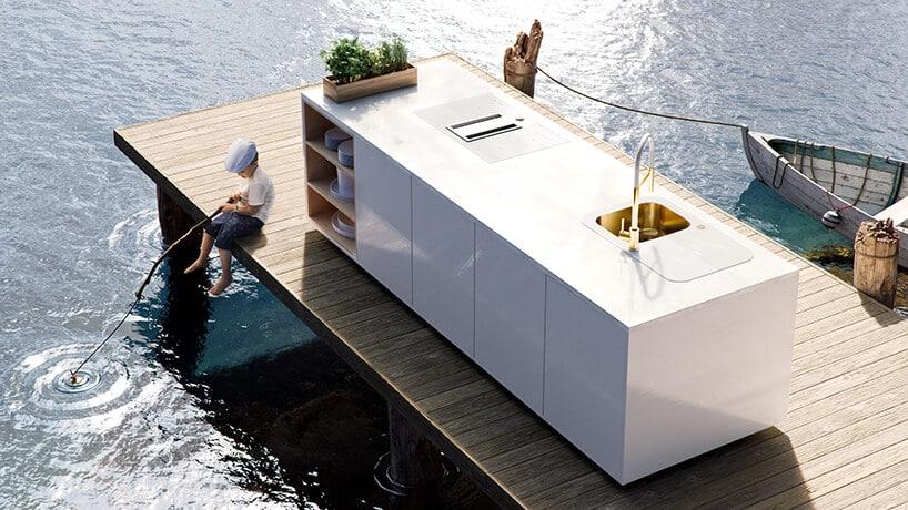 biała prostokątna część kuchni na molo nad wodą