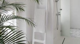 biały apartament nie stwarzającej barier dla osoby poruszającej się na wózku inwalidzkim