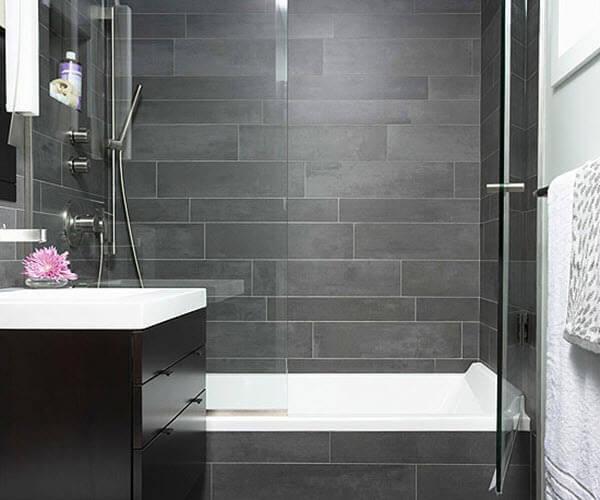 szara łazienka zwanną iosłoną ze szkła