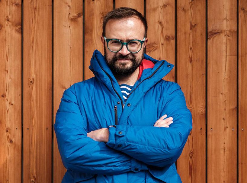 zdjęcie Jakuba Sczęsnego wniebieskiej kurtce zimowej