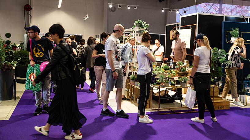 odwiedzający Warsaw Gift & Deco Show 2019 - relacjaWarsaw Gift & Deco Show 2019 przy stoisku zkwiatami