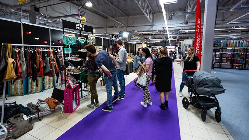 odwiedzający Warsaw Gift & Deco Show 2019 - relacjaWarsaw Gift & Deco Show 2019 przy stosiku ztorebkami