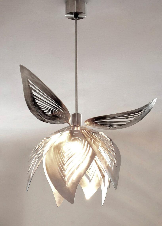 srebrno zloty żyrandol podobny do jabłka na szarym tle