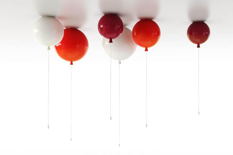 białe iczerwone balony dotykające białego sufitu