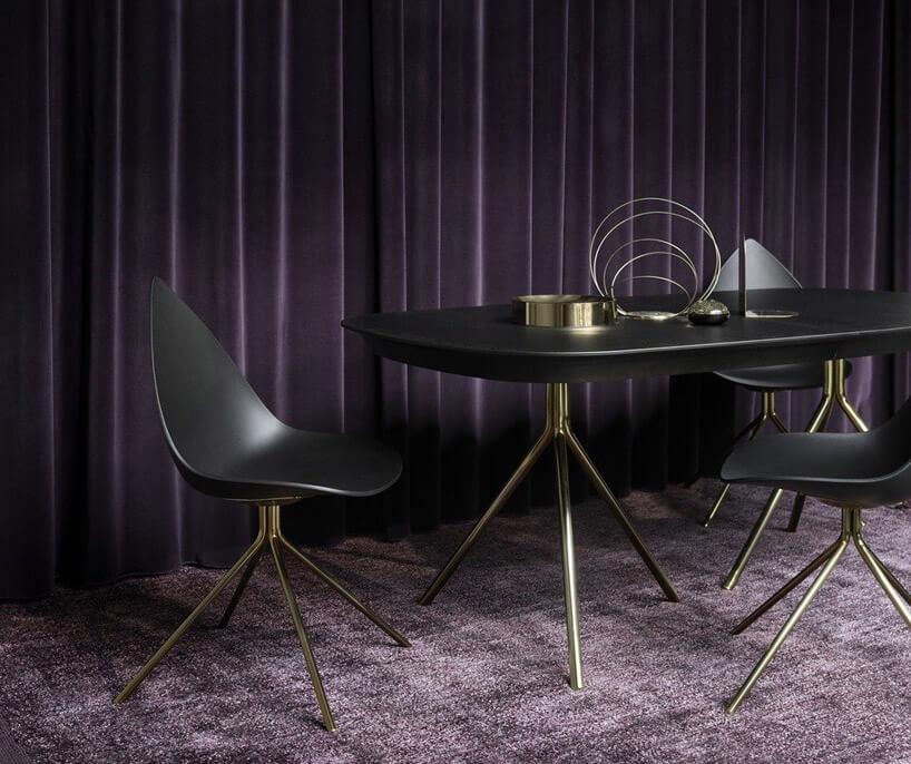 czarne krzesło czarny stół fioletowa podłoga ifiranki