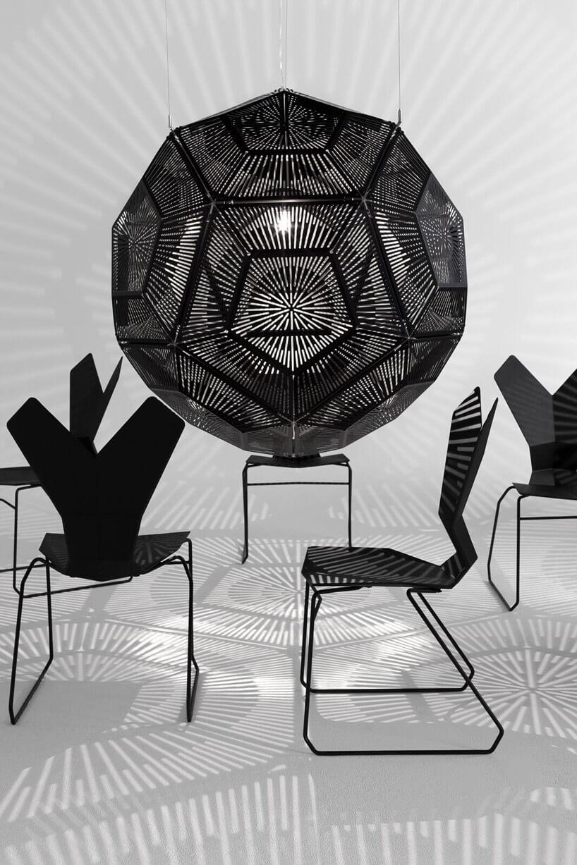 czarne krzesła czarna nowoczesna lampa szare pomieszczenie