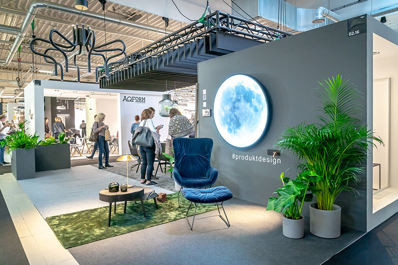 stoisko na WH 2018 zniebieskim fotelem obok lampy świecącej jak księżyc