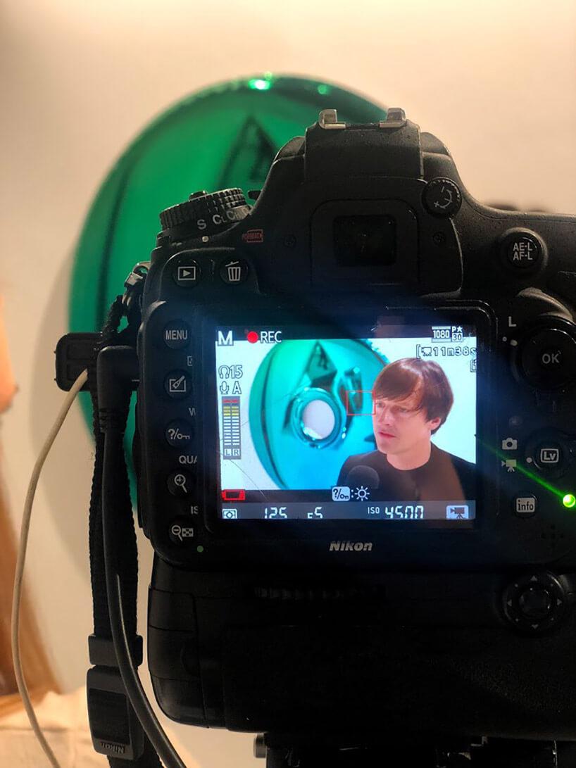 zdjęcie aparatu zwyświetlonym zdjęciem mężczyzny
