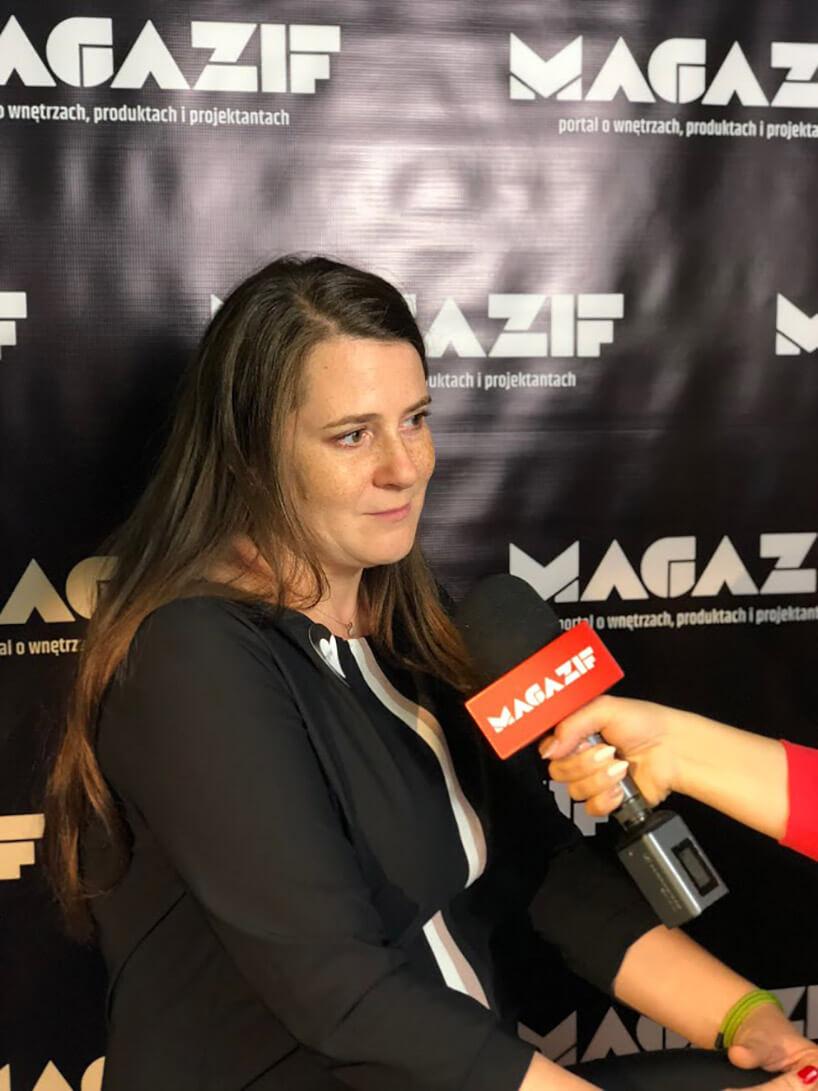 kobieta zdługimi włosami podczas wywiadu dla MAGAZIFF