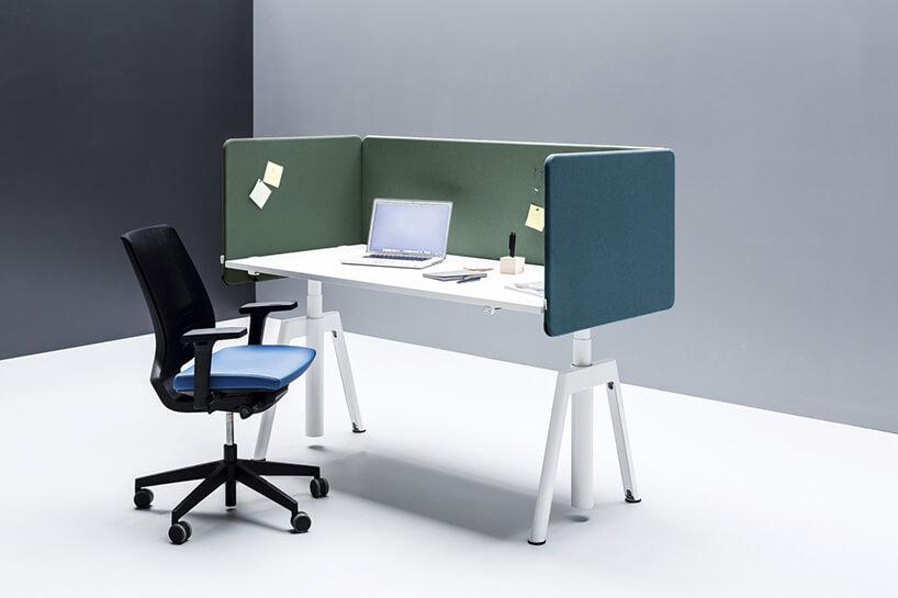 aranżacja stanowiska pracy ETUM od Fabryka Mebli BALMA białe biurko ze ściankami wciemnych pastelowych kolorach