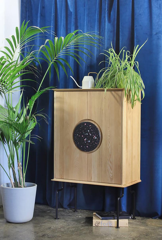 nietypowa drewniana szafka FEBE od TAMO zokrągłym elementem pośrodku szafek