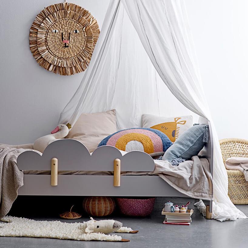 szare drewniane łóżeczko dla dzieci zoparciem wkształcie chmury od Bloomingville