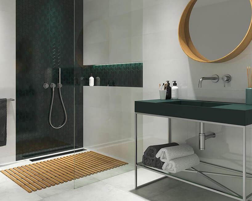 aranżacja łazienki zpłytkami Verde Garden, Gold Mix od Ceramika Paradyż zprysznicem oddzielonym dużą szybą