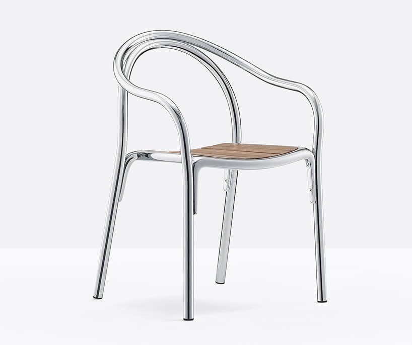 eleganckie krzesło SOUL od Pedrali drewnianym siedziskiem ichromowanym stelażem