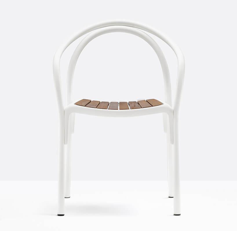 eleganckie krzesło SOUL od Pedrali drewnianym siedziskiem ibiałym metalowym stelażem