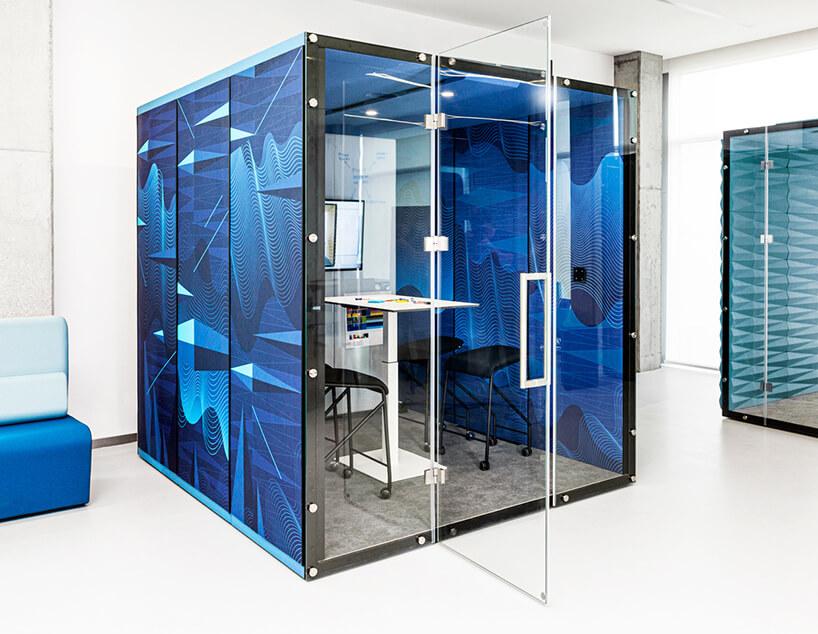 niebieski box akustyczny VANK_WALL_GRAPHIC od VANK wbiałej aranżacji open space