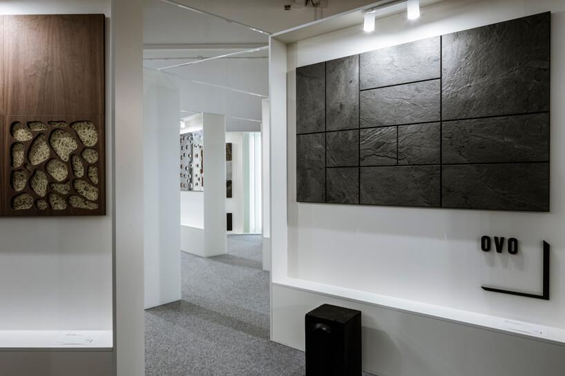 stoisko OVO na Warsaw Home 2019 prezentacja płytek na białych ściankach