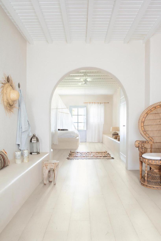 białe wnętrze salonu zdużymi przejściem zbiałą podłogą