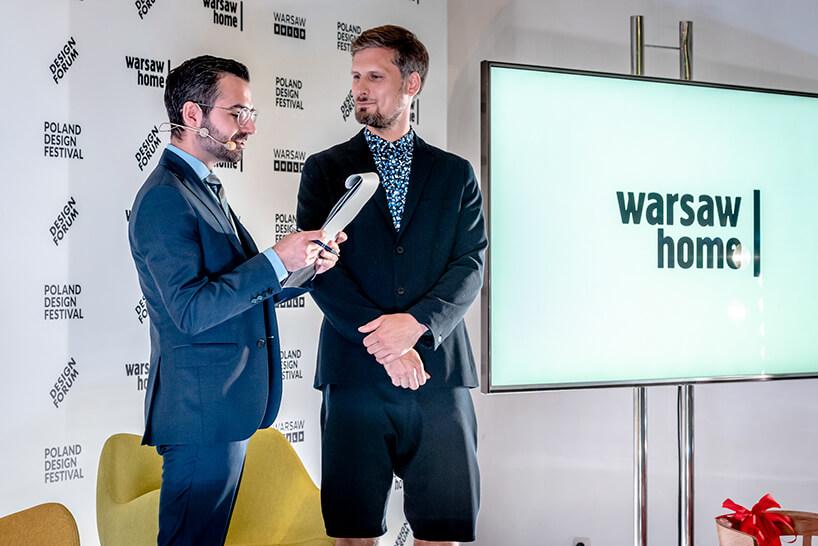 dwóch mężczyzn wgarniturach na scenie konferencji prasowej warsaw home 2019