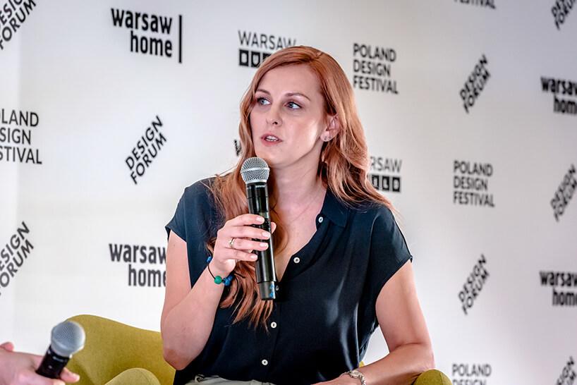 kobieta wczarnej bluzce Monika Frąk na scenie podczas konferencji prasowej warsaw home 2019 opowiadająca oWarsaw Build