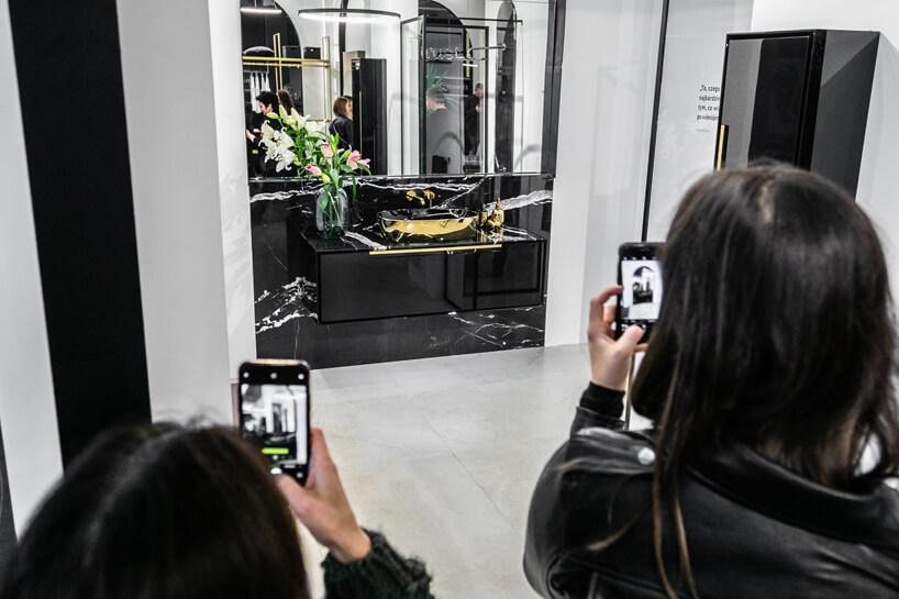 elegancka czarna aranżacja łazienki na stoisku ernestrust podczas Warsaw Home 2019