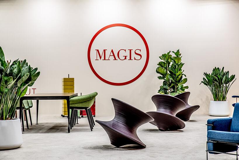 stoisko Magis na Warsaw Home 2019 elegancki stół zczterem zielonymi krzesłami zniskim oparciem