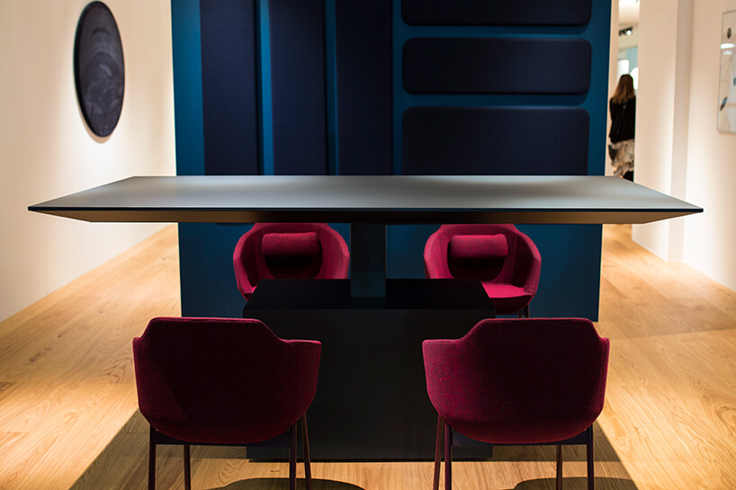 elegancki czarny stół zczterema bordowymi krzesłami na stoisku MDD podczas Warsaw Home 2019